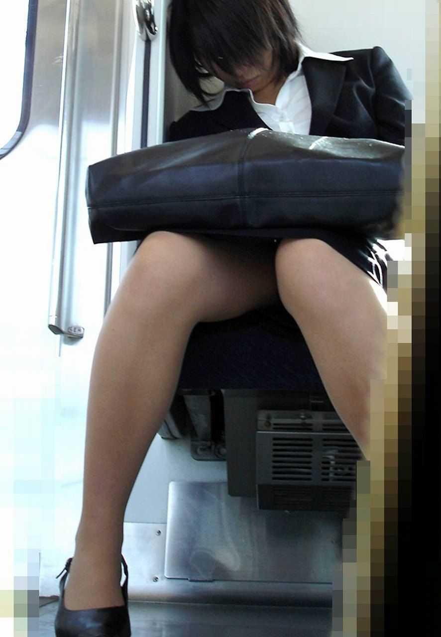 座りパンチラしちゃった (18)