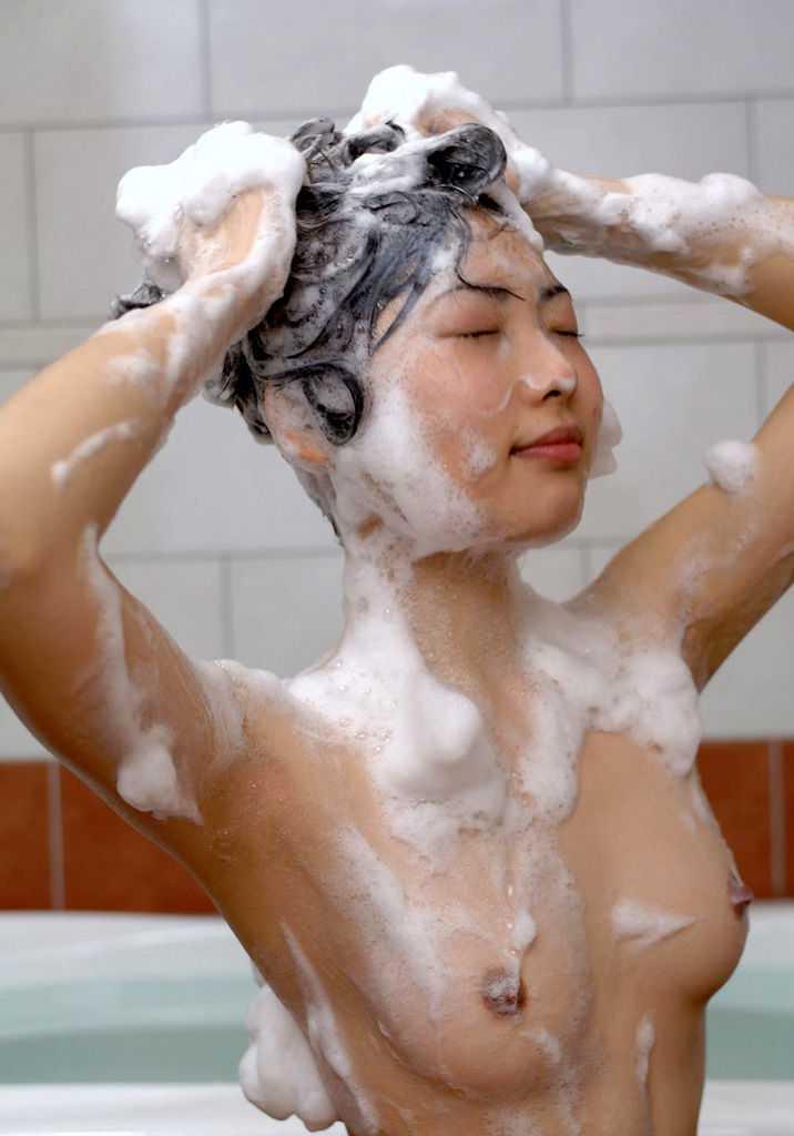 風呂にはいる女性 (18)