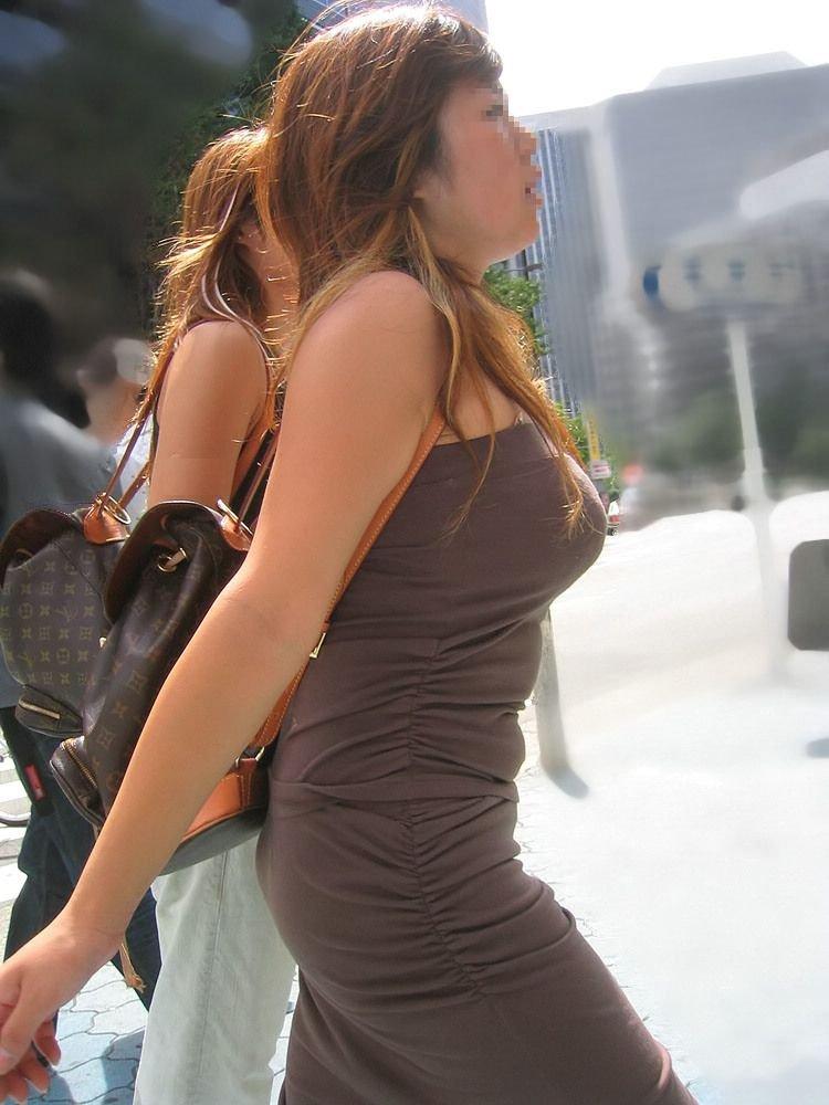 爆乳が街を歩く (2)