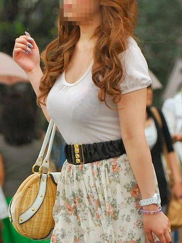 洋服の中の巨乳 (3)