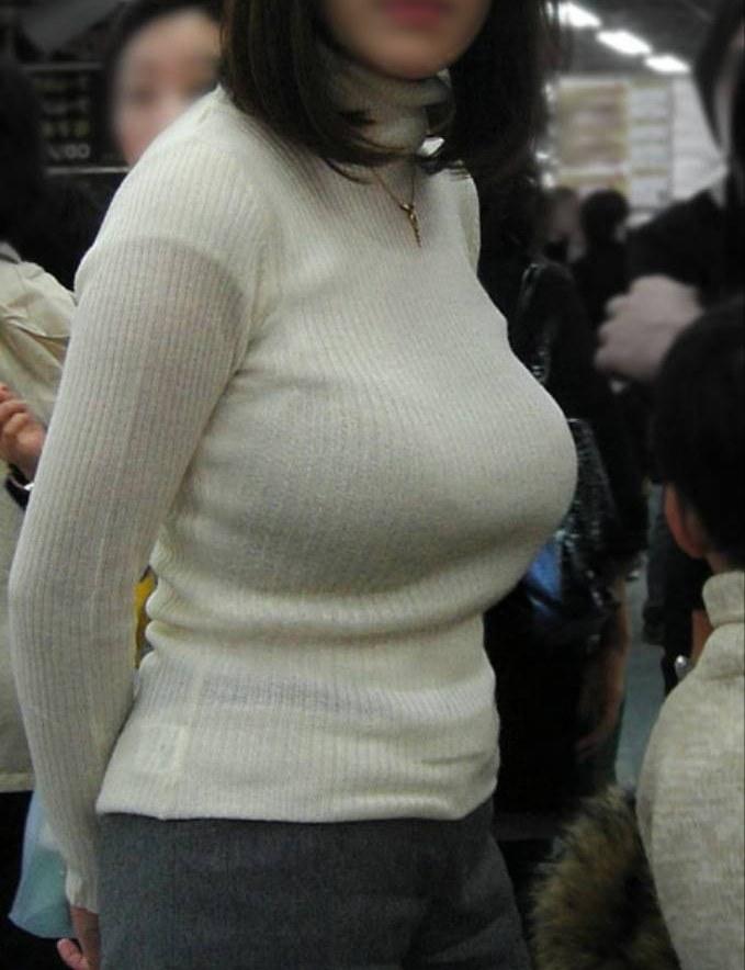洋服の中の巨乳 (17)
