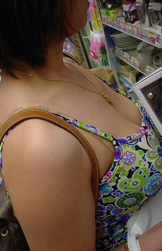 女性の胸が見えた (6)