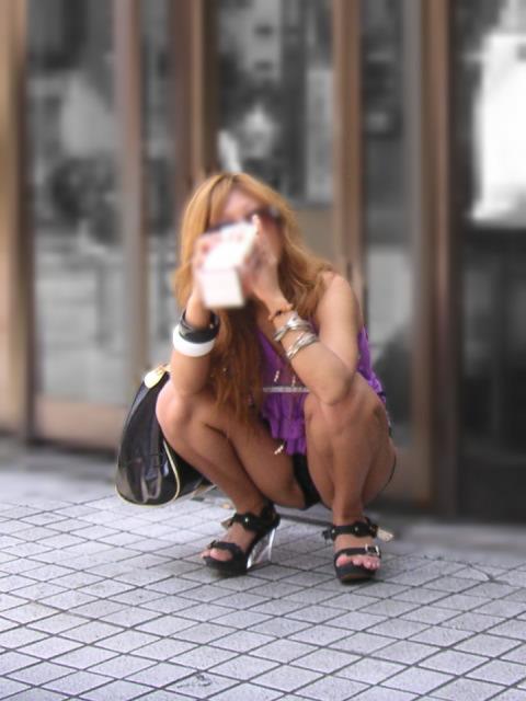 うんこ座りでパンツ見せ (8)