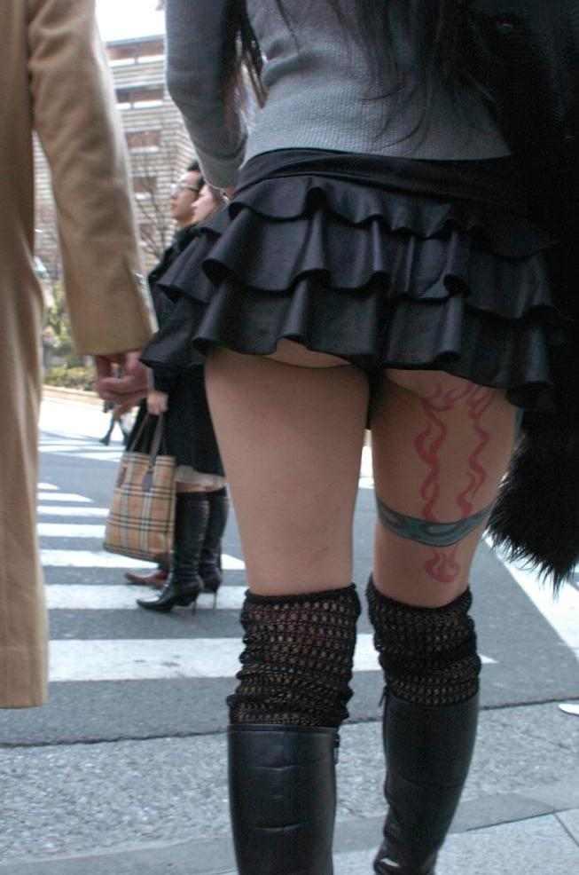スカートの中からチラリ (3)