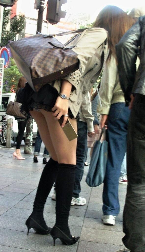 スカートの中からチラリ (7)