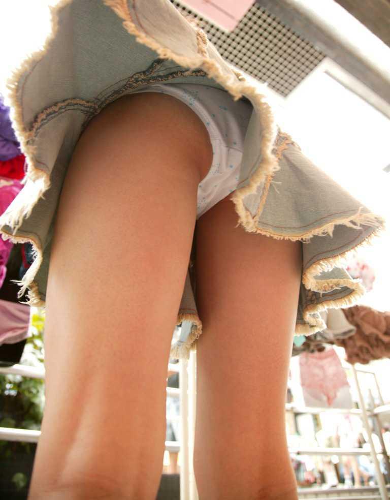 スカートの中からチラリ (18)