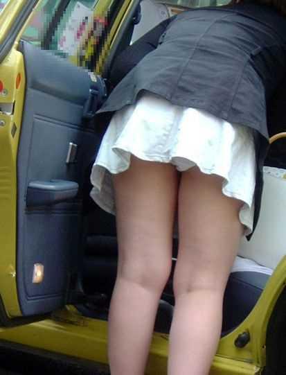 スカートの中からチラリ (16)