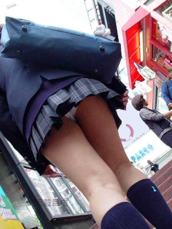 パンツを見せる女子校生 (18)