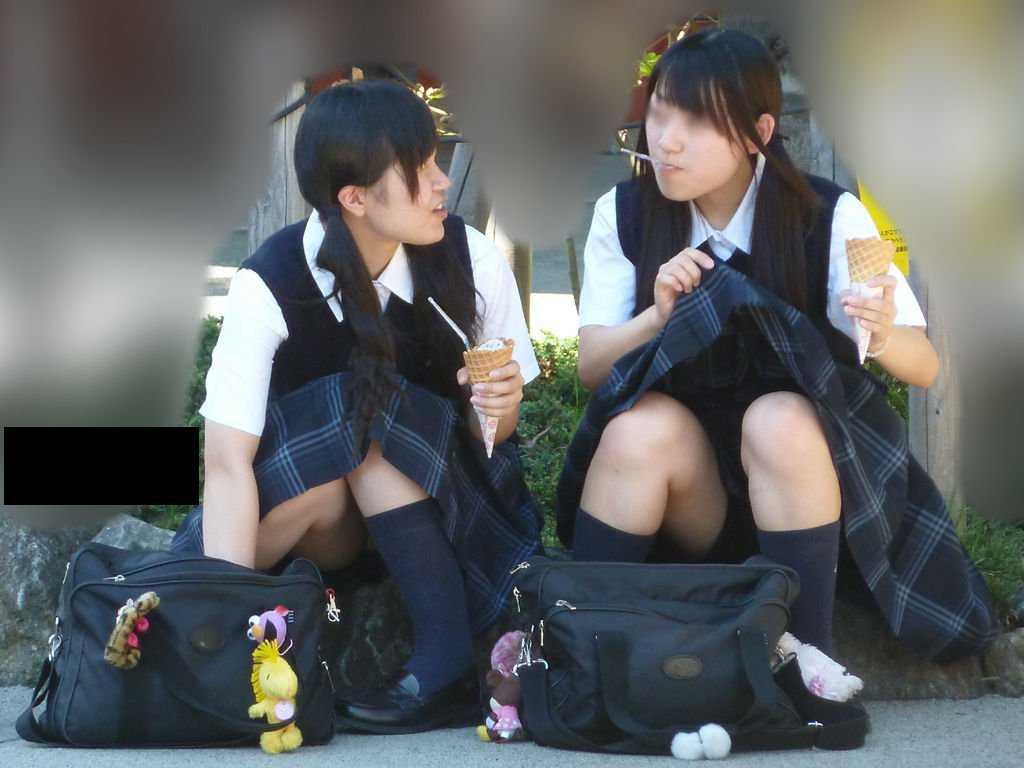 パンツを見せる女子校生 (13)