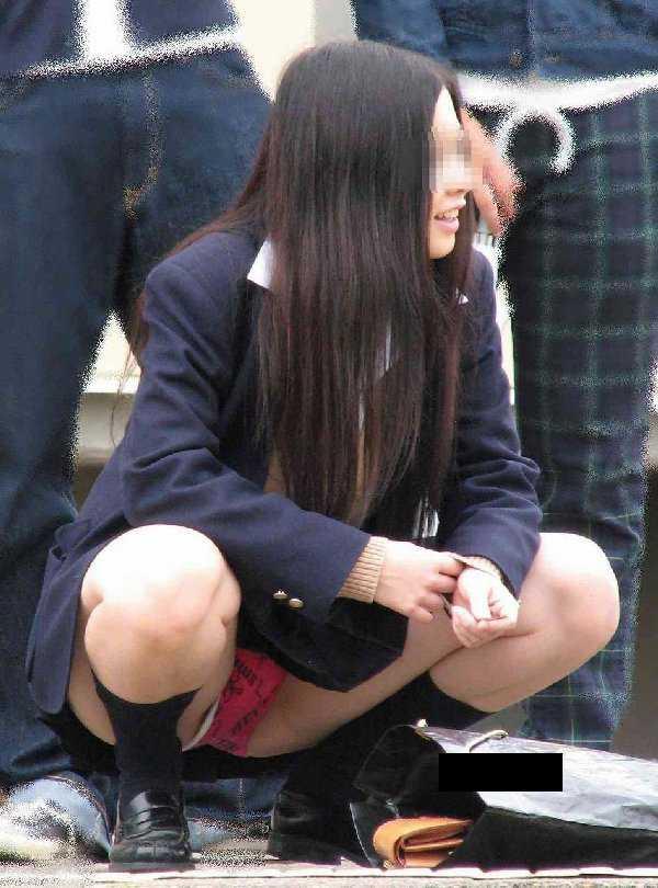 パンツを見せる女子校生 (14)