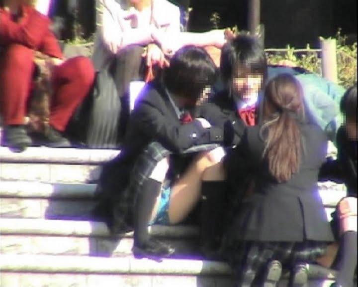 パンツを見せる女子校生 (11)