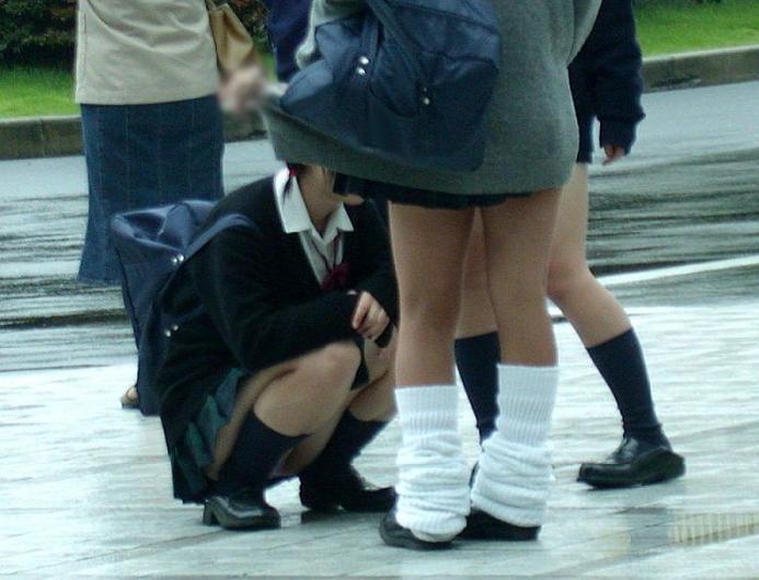 パンツを見せる女子校生 (12)