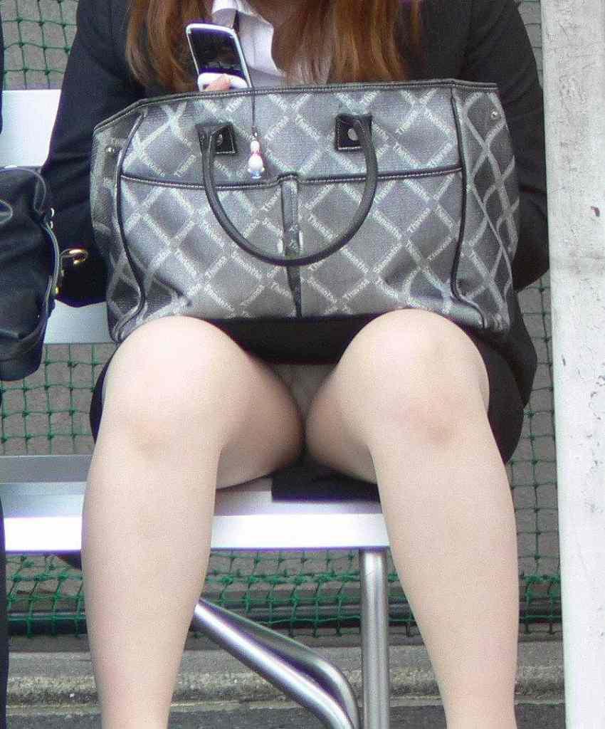 座るとパンツが見える (4)
