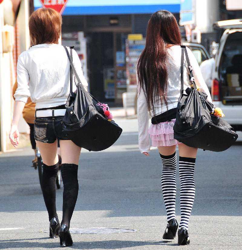 ホットパンツと生足 (13)