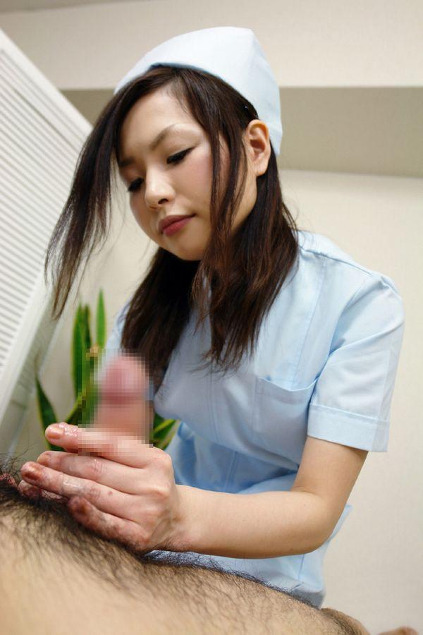 服を脱ぐ看護婦さん (16)