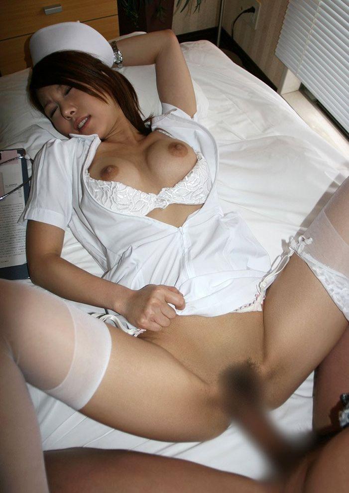 服を脱ぐ看護婦さん (20)