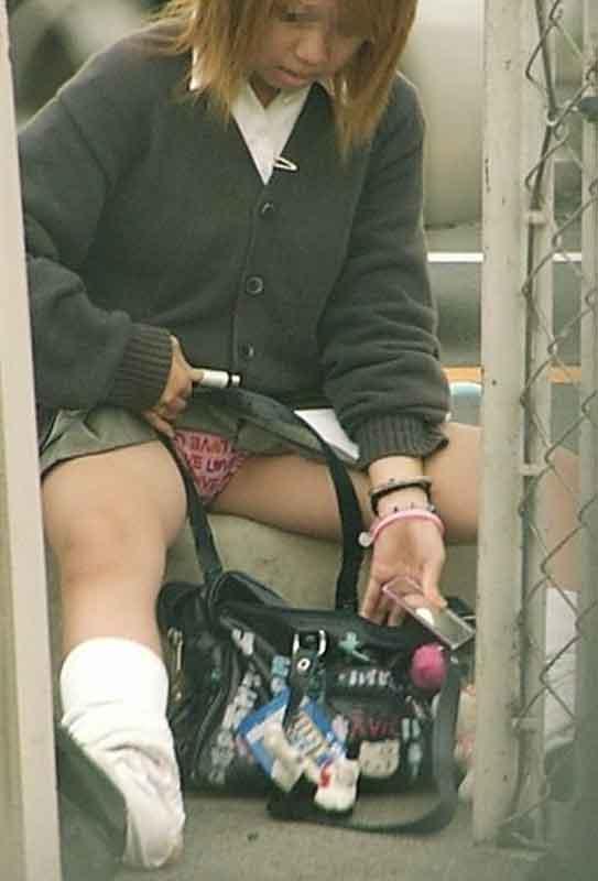 制服から下着チラ (3)