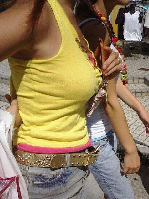 服を突き破りそうな爆乳 (11)