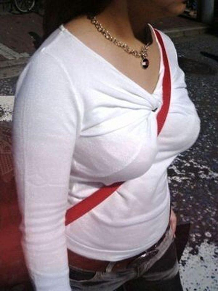 服の上から巨乳を見る (4)