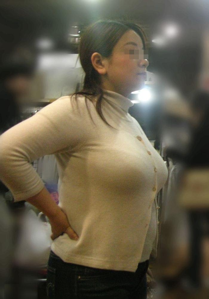 服の上から巨乳を見る (6)