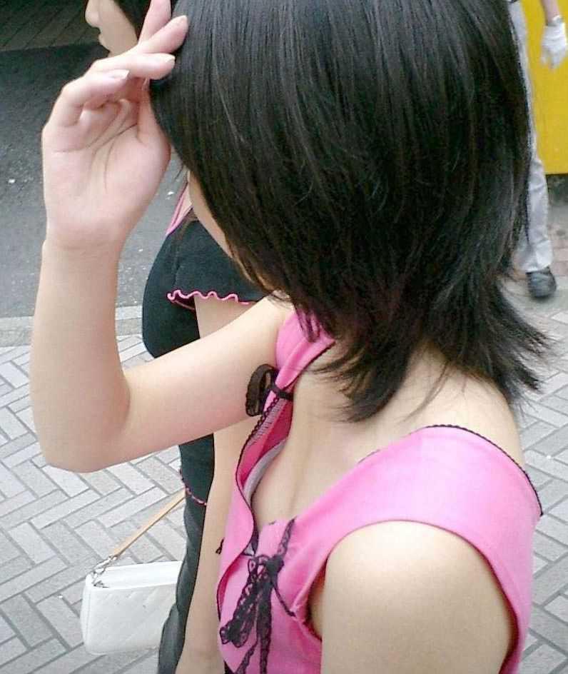 谷間を出しちゃう子 (15)