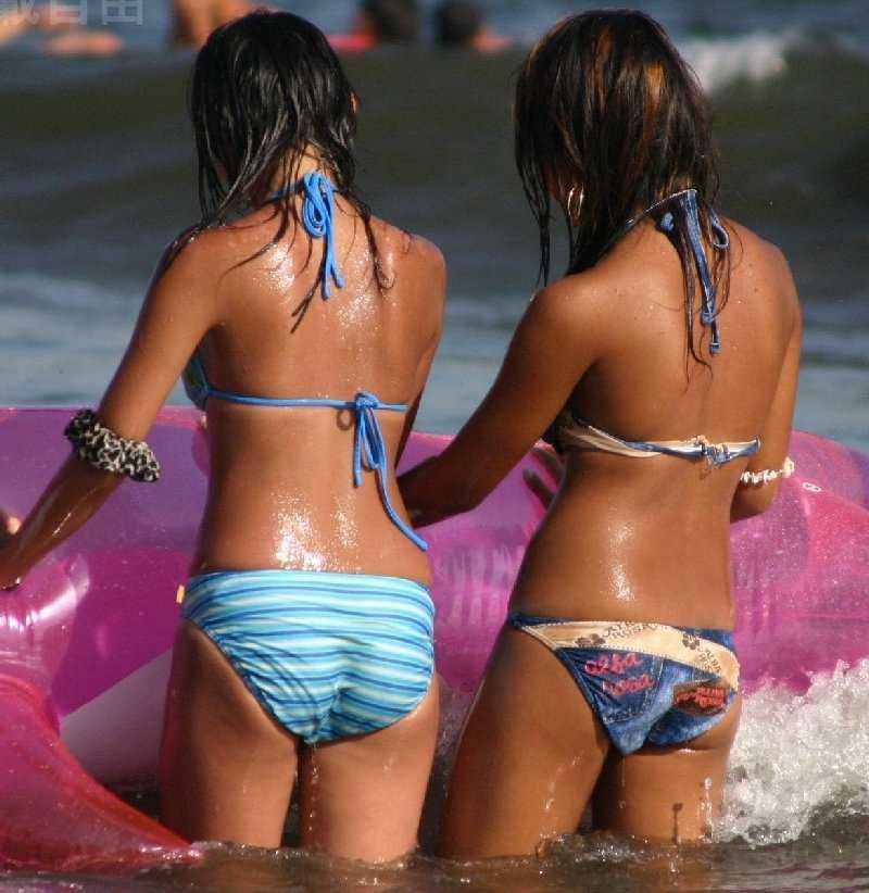 ビーチにいた水着女性 (18)