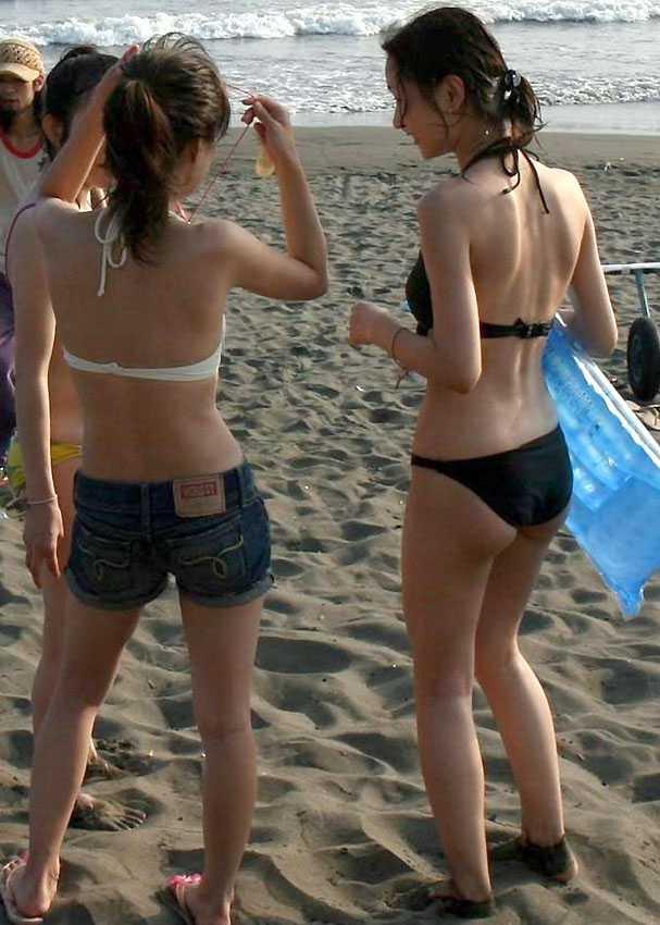 ビーチにいた水着女性 (17)
