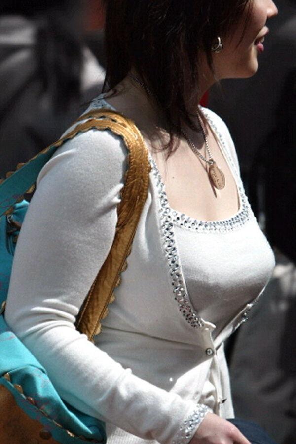 服の中の爆乳 (7)