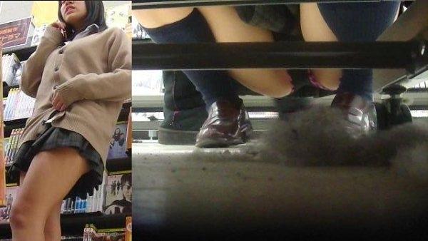 脚が開いてパンツ見え (4)