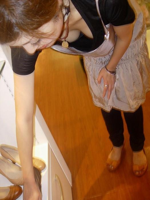 乳房をチラ見 (2)