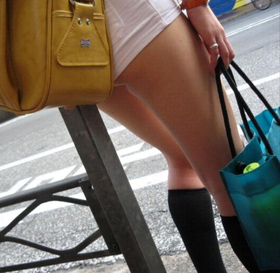ショートパンツからの生足 (5)