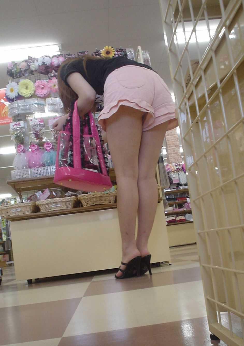 ショートパンツからの生足 (16)