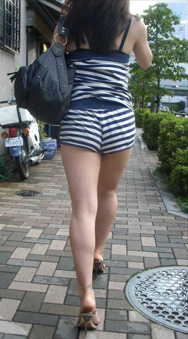 ショートパンツで脚を見る (9)