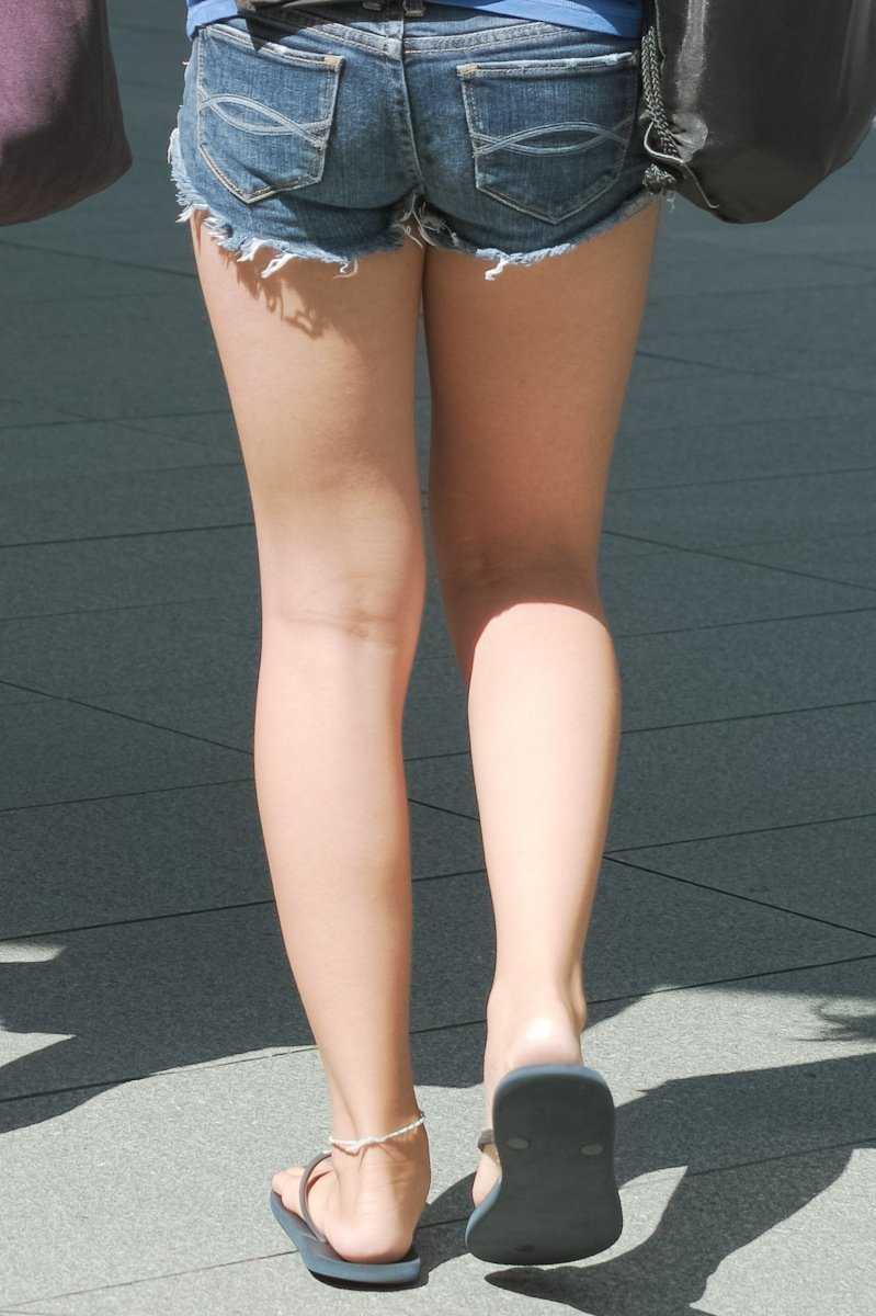 ショートパンツで脚を見る (11)