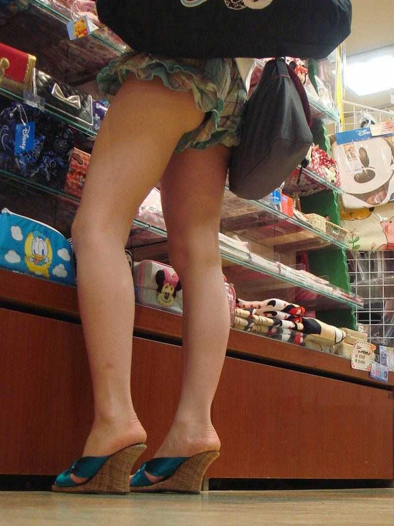 ショートパンツで脚を見る (19)