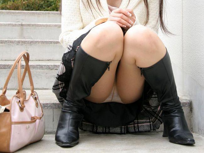 パンツが隙間から見えてる (4)