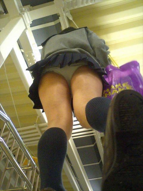 パンツが見えた女子校生 (2)