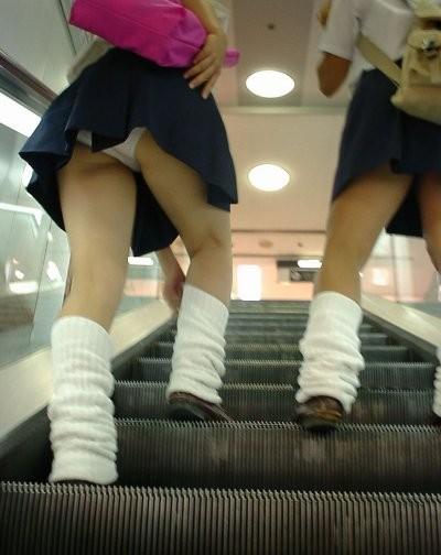 JKの生足とパンツ (9)