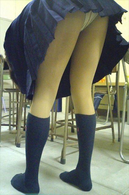JKの生足とパンツ (10)
