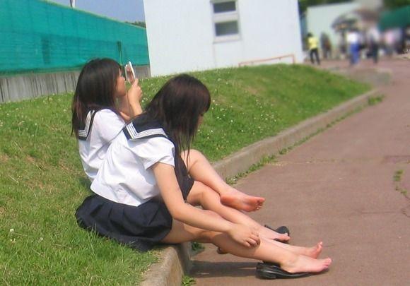 綺麗な足にタッチしたい (8)