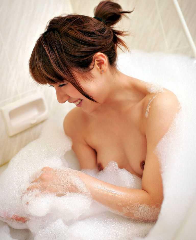 風呂で体を洗う (17)
