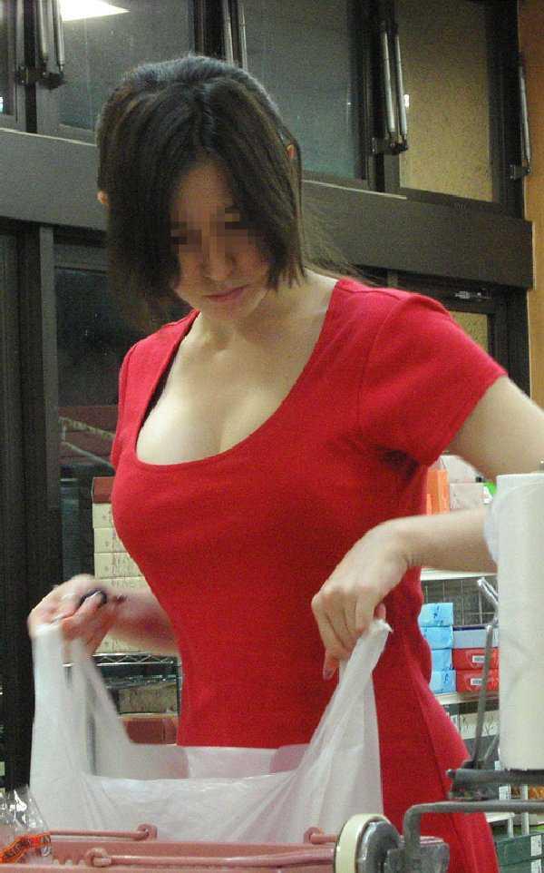 服がはち切れそうな爆乳 (1)
