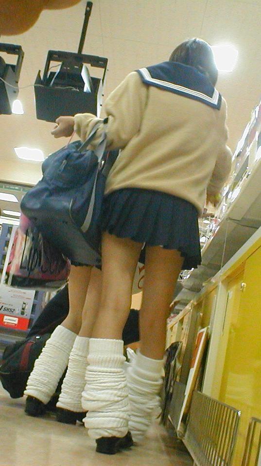 パンツをチラつかせるJK (4)