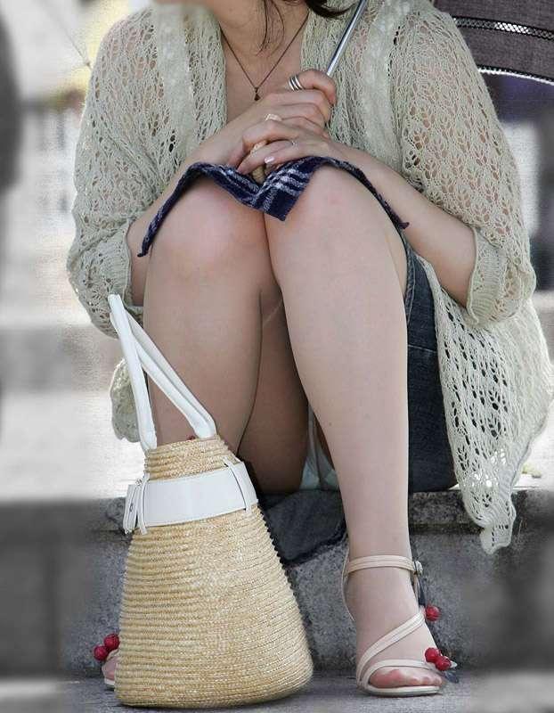 脚の間からパンツ (2)