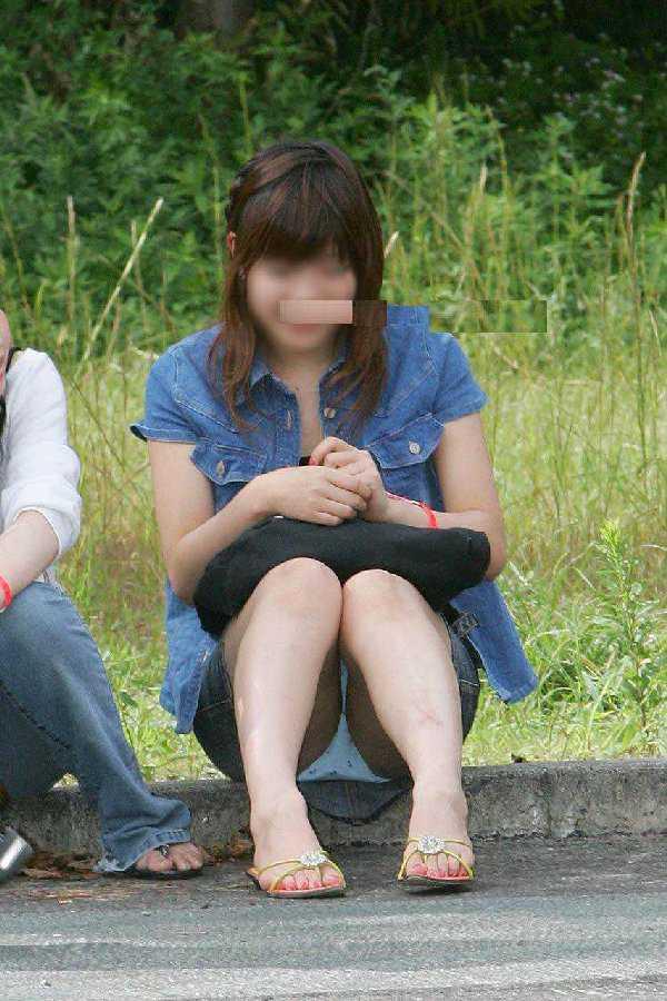 脚の間からパンツ (16)