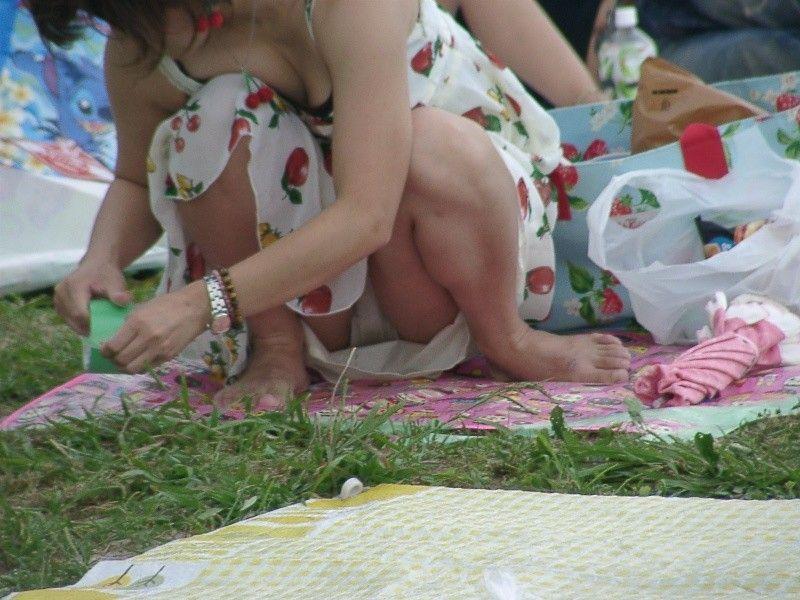 脚の間からパンツ (4)