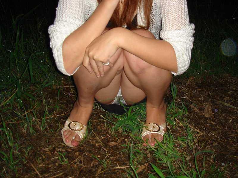 脚の間からパンツ (13)