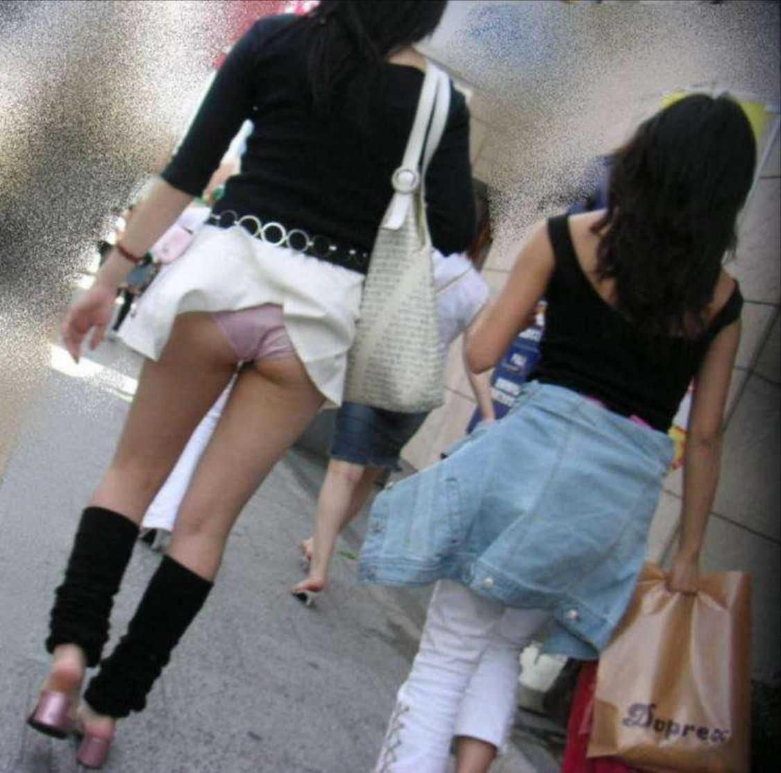 スカートひらり下着がチラリ (8)