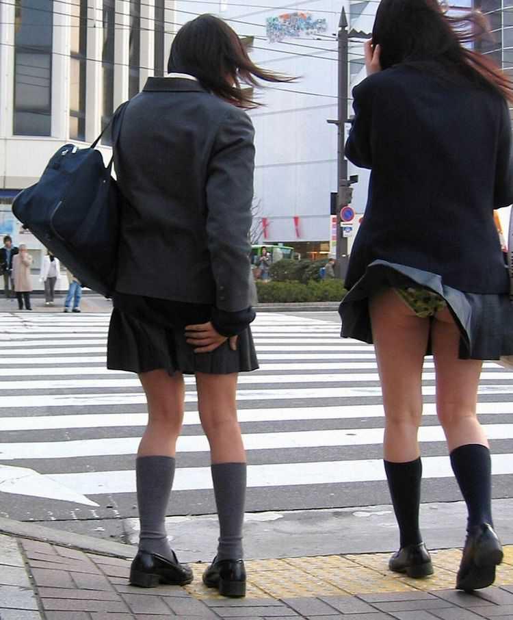 スカートひらり下着がチラリ (9)