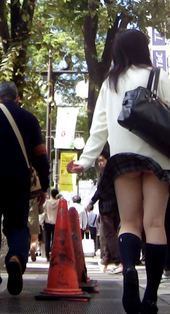 スカートひらり下着がチラリ (6)